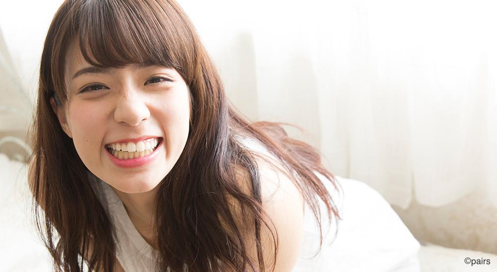歯をだして笑う少女