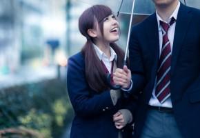 相合い傘をするカップル