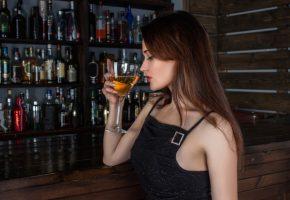 婚活バーで飲んでいる女性
