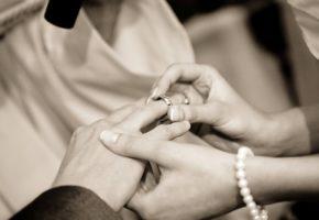 結婚指輪をはめるカップル